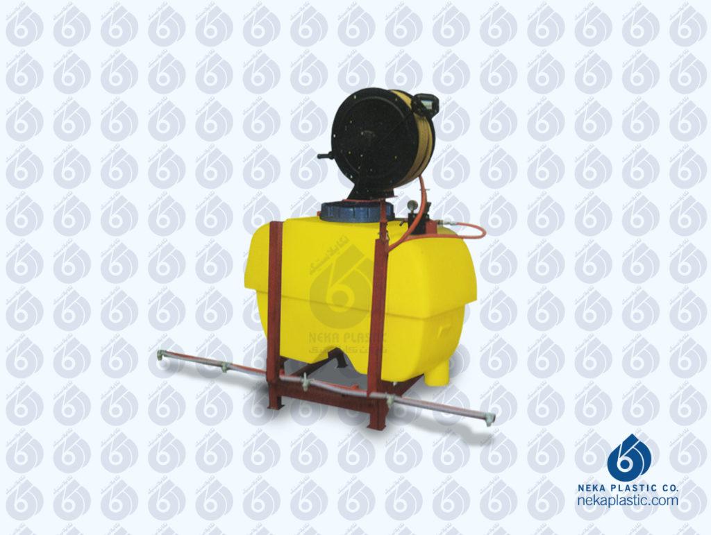 سمپاش مکعبی پلی اتیلنی نکاپلاستیک که روی شاسی مخصوص نسب شده است